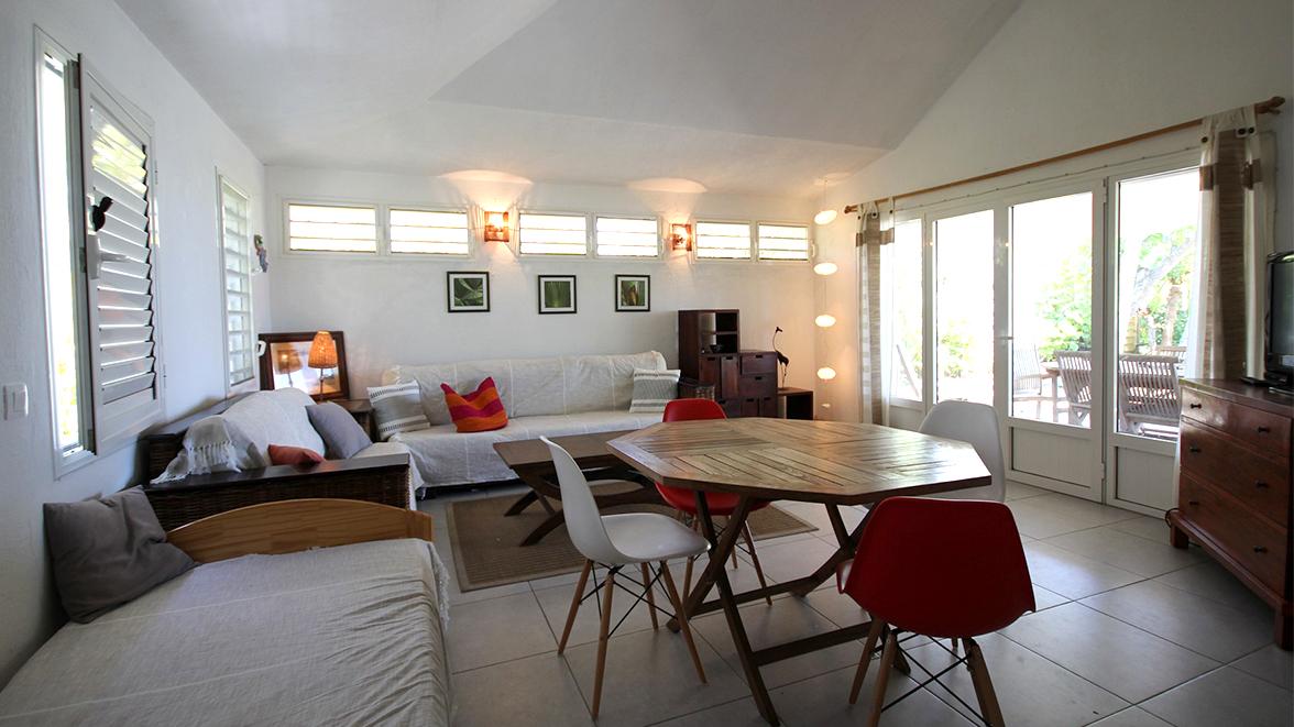 Salon spacieux et climatisé - Villa Caraïbes - Location de villas et maisons en Guadeloupe - www.villacaraibes.fr