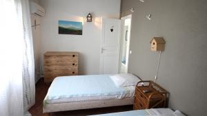 Chambre oiseaux avec salle de bain privative et climatisée - Villa Caraïbes - Location de villas et maisons en Guadeloupe - www.villacaraibes.fr