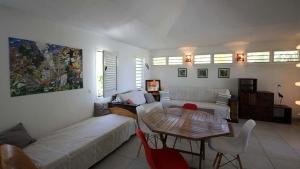 Grand salon avec mobilier design - Villa Caraïbes - Location de villas et maisons en Guadeloupe - www.villacaraibes.fr