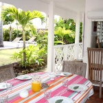 Espace repas avec accès à la cuisine - Villa Caraïbes - Location de villas et maisons en Guadeloupe - www.villacaraibes.fr