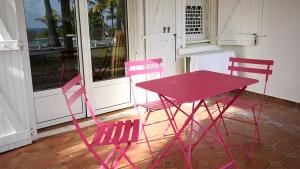 Espace au calme avec salon Fermob - Villa Caraïbes - Location de villas et maisons en Guadeloupe - www.villacaraibes.fr