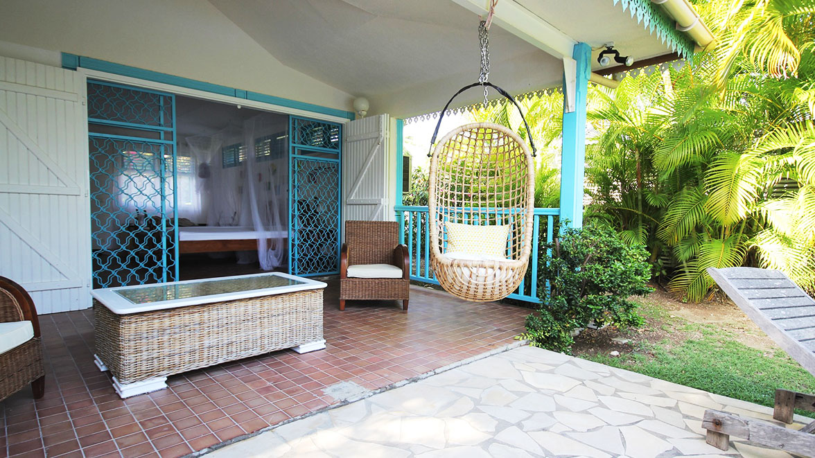 Coin repos avec fauteuil en rotin suspendu - Villa Caraïbes - Location de villas et maisons en Guadeloupe - www.villacaraibes.fr