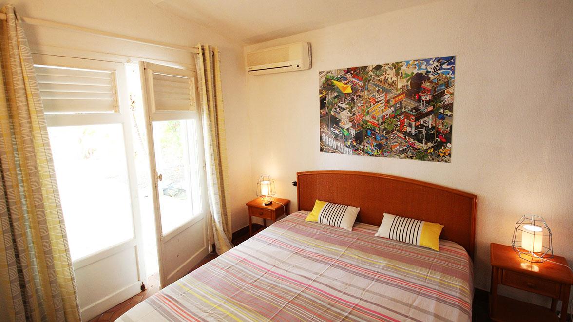 Chambre Californie climatisée avec salle de bain privative - Villa Caraïbes - Location de villas et maisons en Guadeloupe - www.villacaraibes.fr