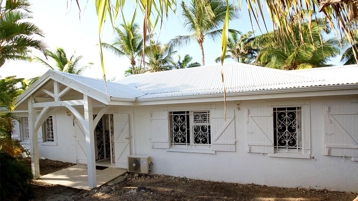 Vue de la rue - Villa Caraïbes - Location de villas et maisons en Guadeloupe - www.villacaraibes.fr