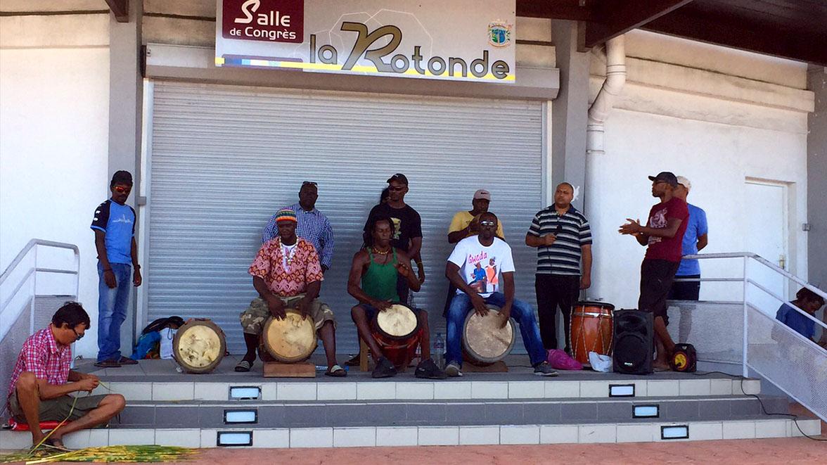 Musicien devant le marché couvert de Saint-François - Villas Caraïbes - Location de villas et maisons en Guadeloupe - www.villacaraibes.fr