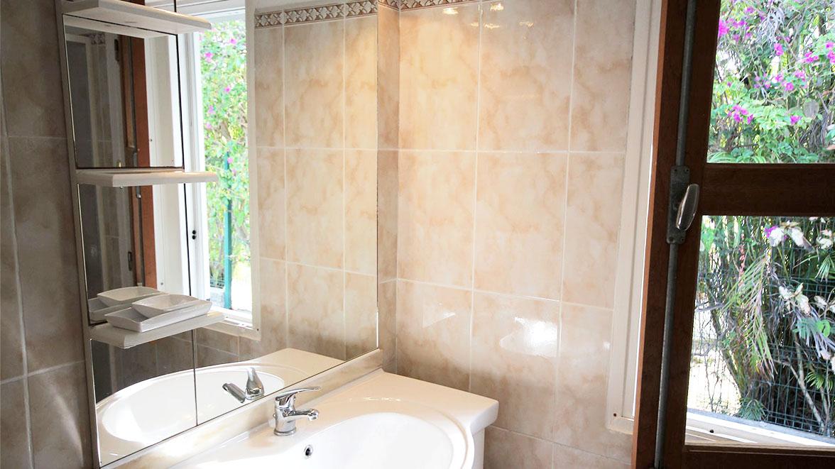 Salle de bain - Villa Caraïbes - Location de villas et maisons en Guadeloupe - www.villacaraibes.fr