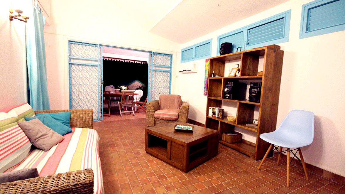 Salon avec écran plat - Villa Caraïbes - Location de villas et maisons en Guadeloupe - www.villacaraibes.fr