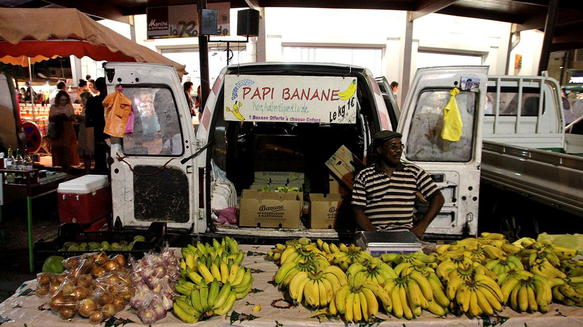 Marchand de bananes à Saint-François - Villas Caraïbes - Location de villas et maisons en Guadeloupe - www.villacaraibes.fr