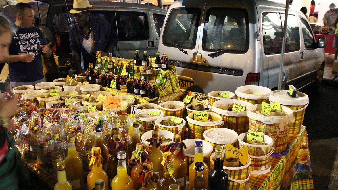 Marchande d'épices et de préparations exotiques à St-François - Villas Caraïbes - Location de villas et maisons en Guadeloupe - www.villacaraibes.fr