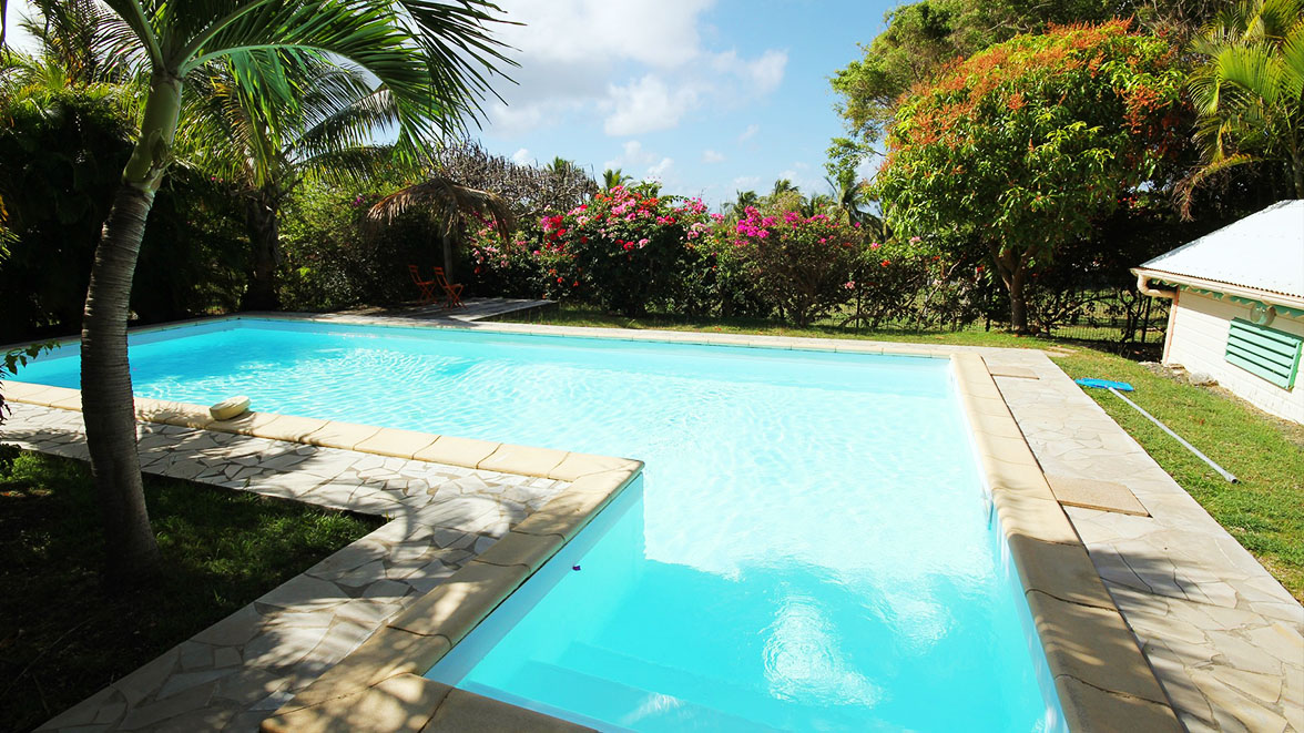 Piscine Privative de 12 m de long - Villa Caraïbes - Location de villas et maisons en Guadeloupe - www.villacaraibes.fr