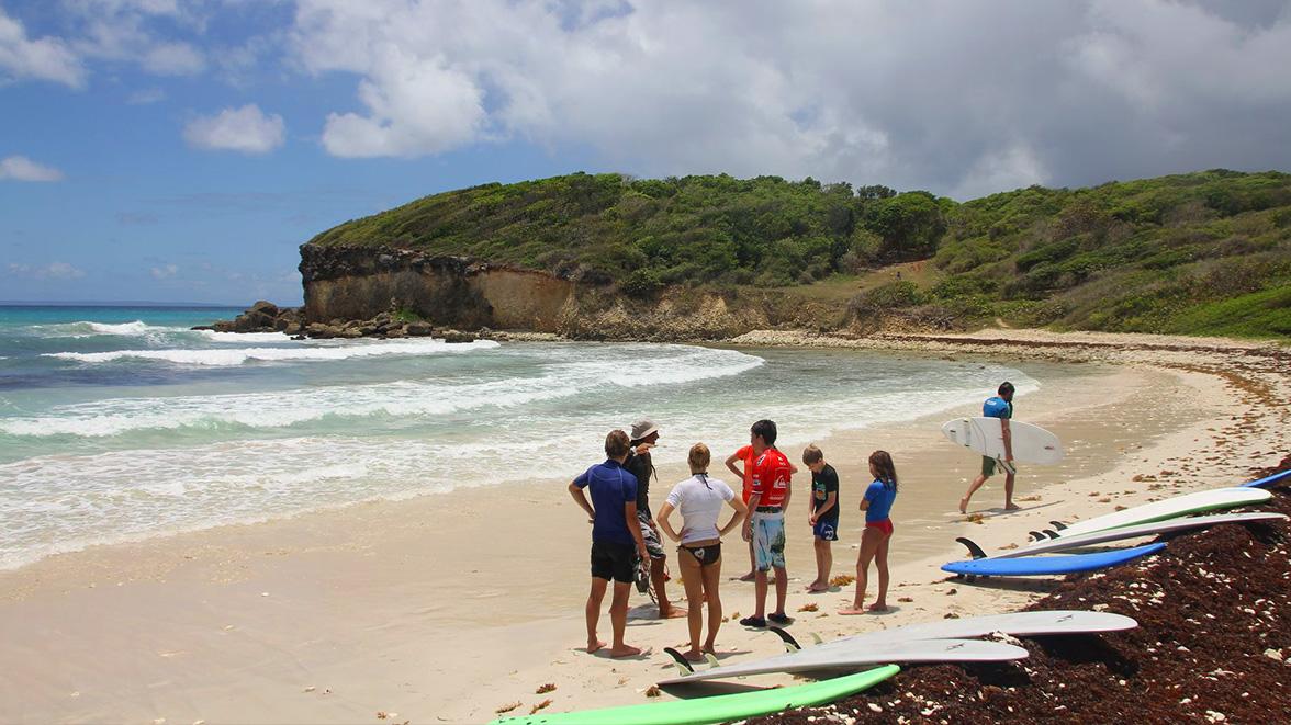 Cours de Surf à la plage du Helleux - Villas Caraïbes - Location de villas et maisons en Guadeloupe - www.villacaraibes.fr