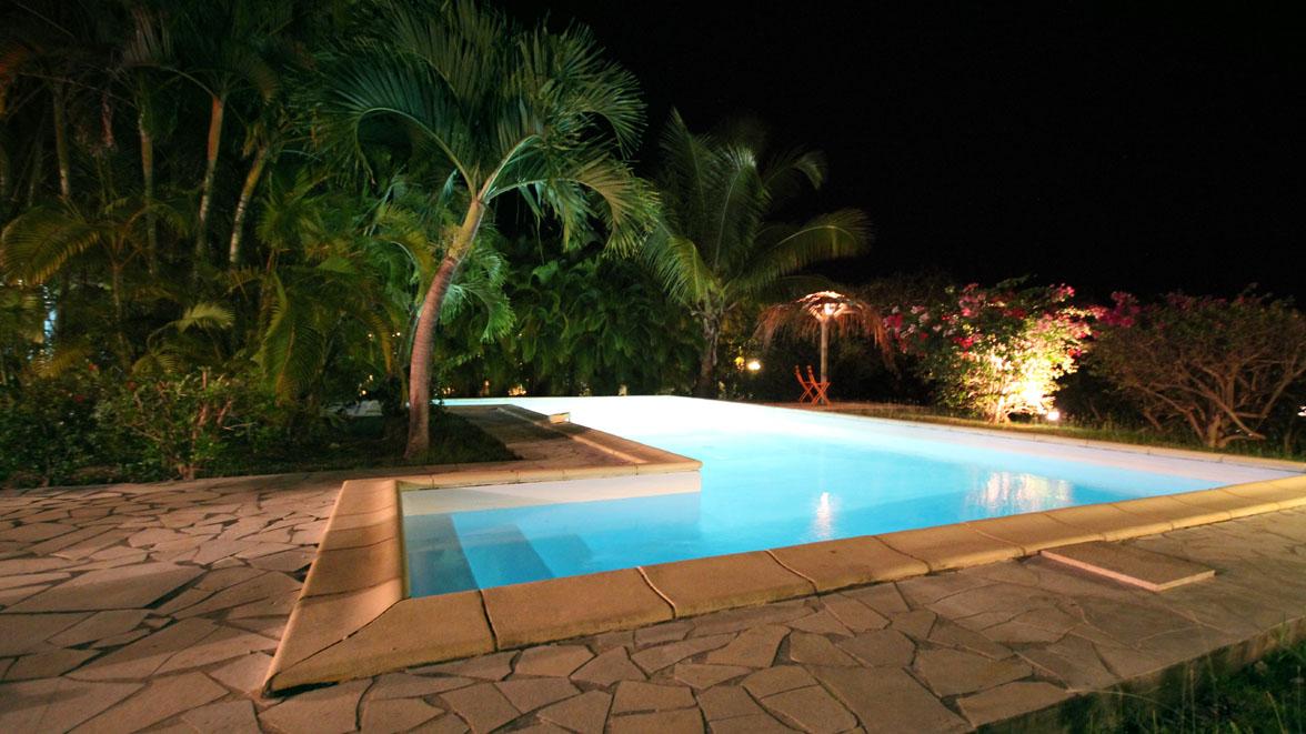 Piscine de nuit - Villa Caraïbes - Location de villas et maisons en Guadeloupe - www.villacaraibes.fr