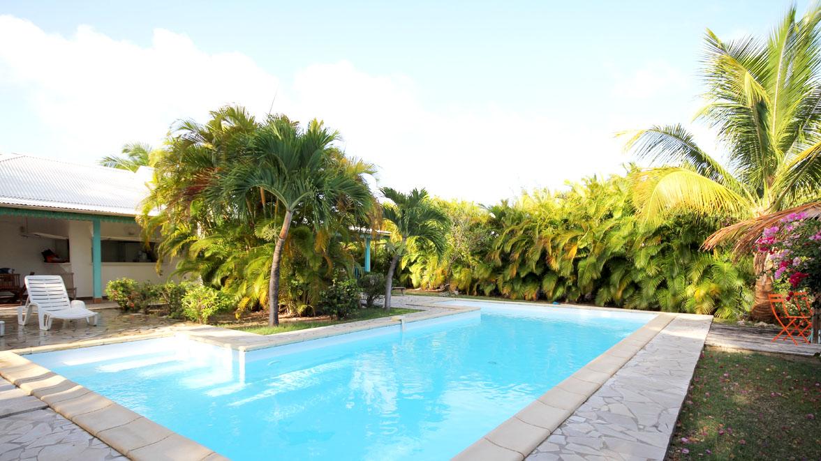 Piscine avec Carbet pour admirer la mer - Villa Caraïbes- Location de villas et maisons en Guadeloupe - www.villacaraibes.fr