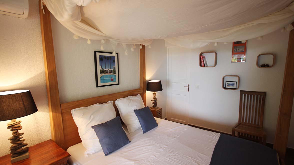 Chambre Les Saintes avec lit à Baldaquin - Villa Caraïbes - Location de villas et maisons en Guadeloupe - www.villacaraibes.fr