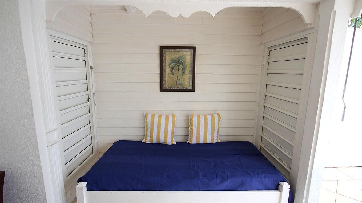 Salon avec vue sur la piscine - Villa Caraïbes - Location de villas et maisons en Guadeloupe - www.villacaraibes.fr