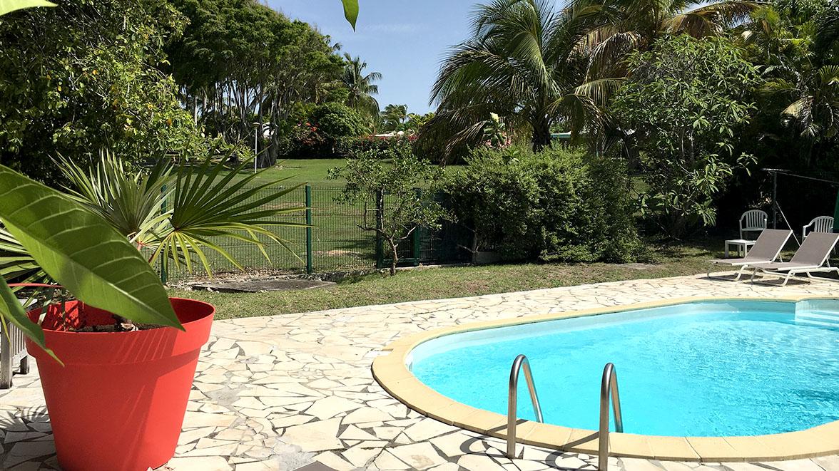Piscine dans jardin arboré - Villa Caraïbes - Location de villas et maisons en Guadeloupe - www.villacaraibes.fr